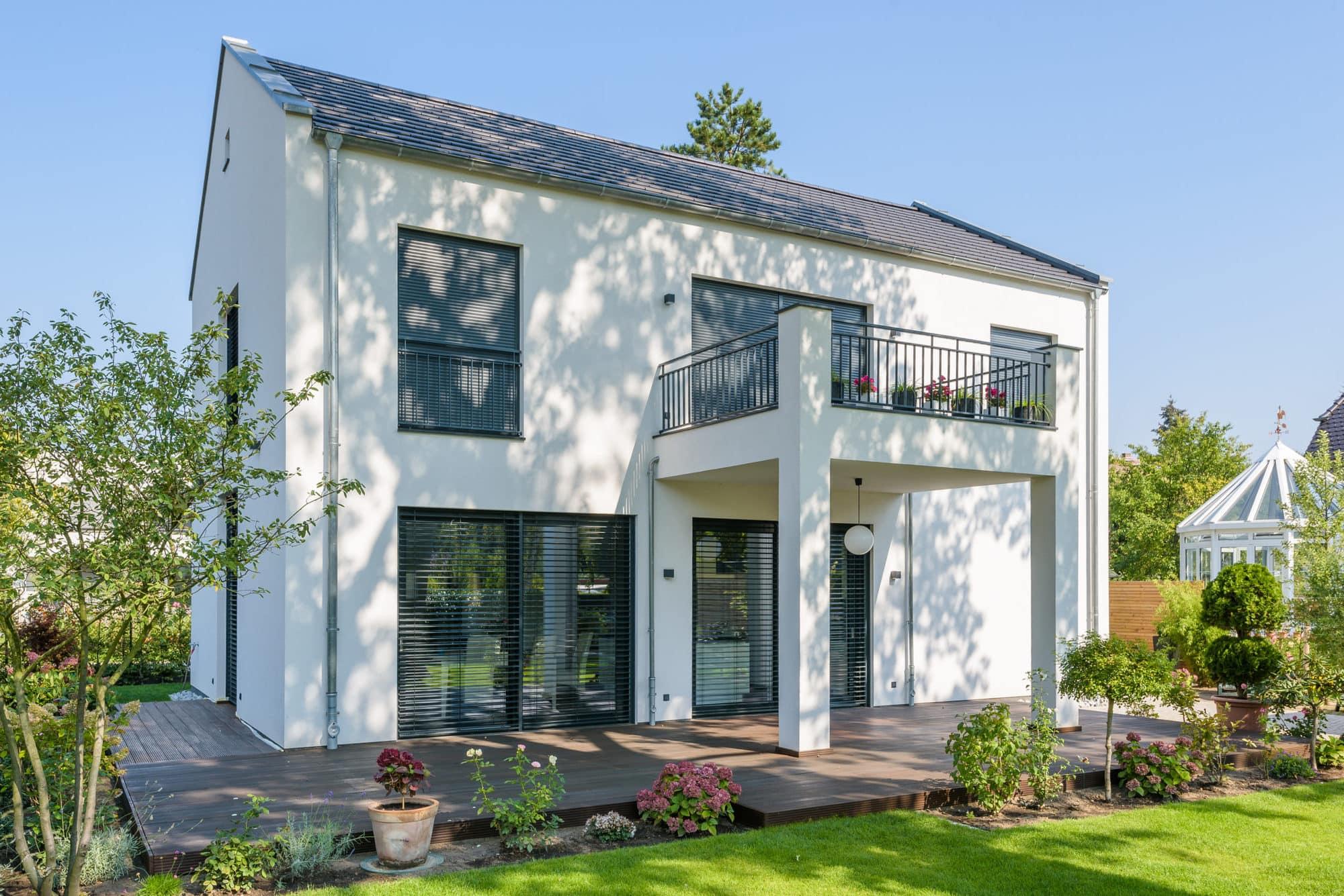 stadtvilla-mit-balkon-terrasse-1