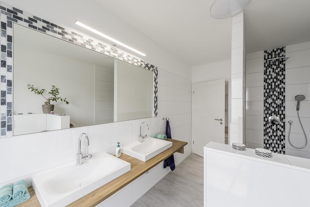 einfamilienhaus-badezimmer-waschtisch-mosaikfliesen