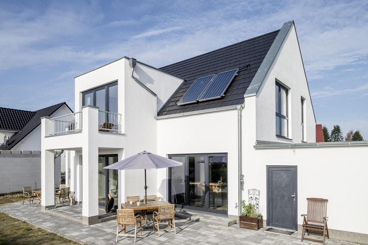 einfamilienhaus-glatte-dachziegel-turmalin-2