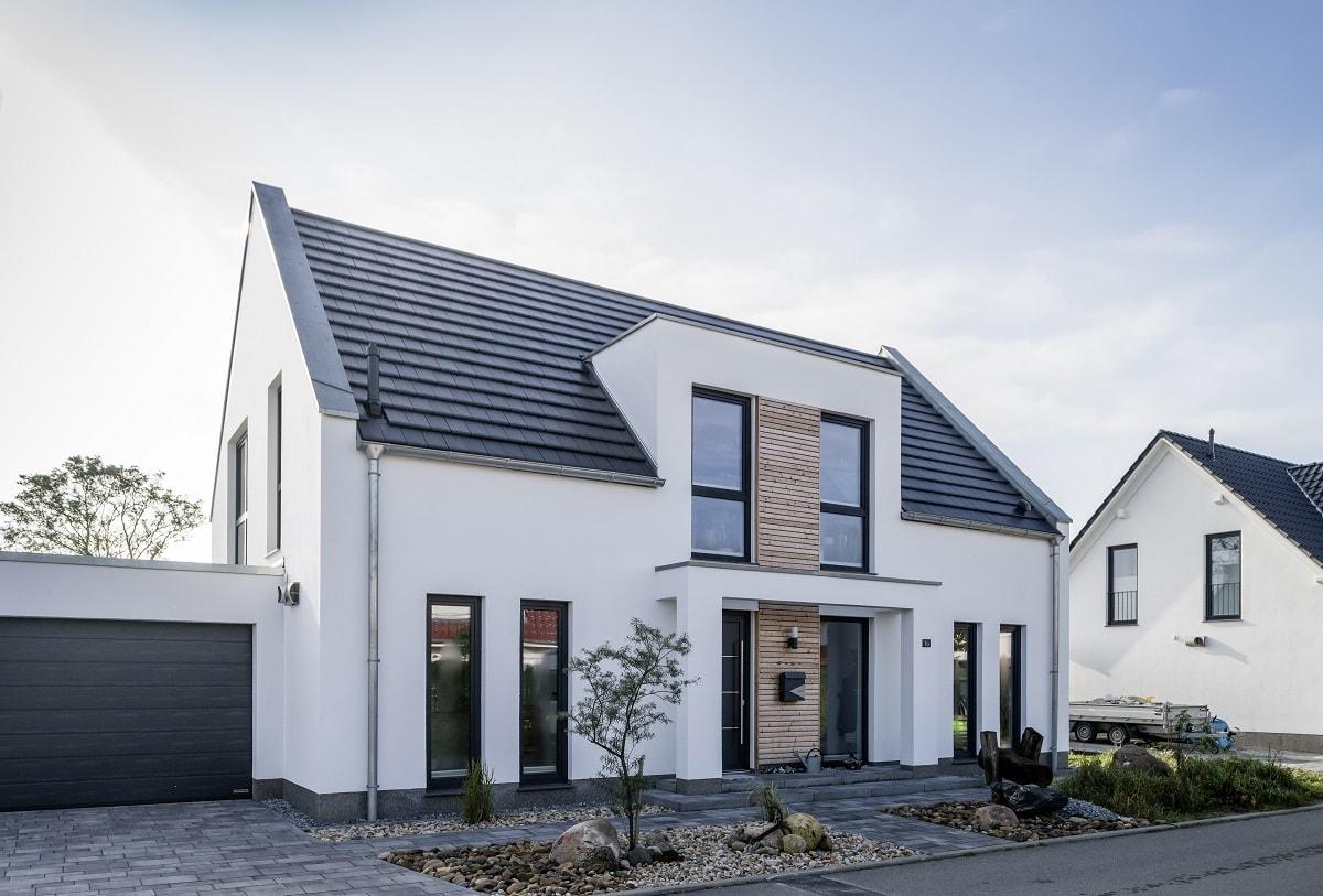 einfamilienhaus-glatte-dachziegel-turmalin-holzfassade-garage