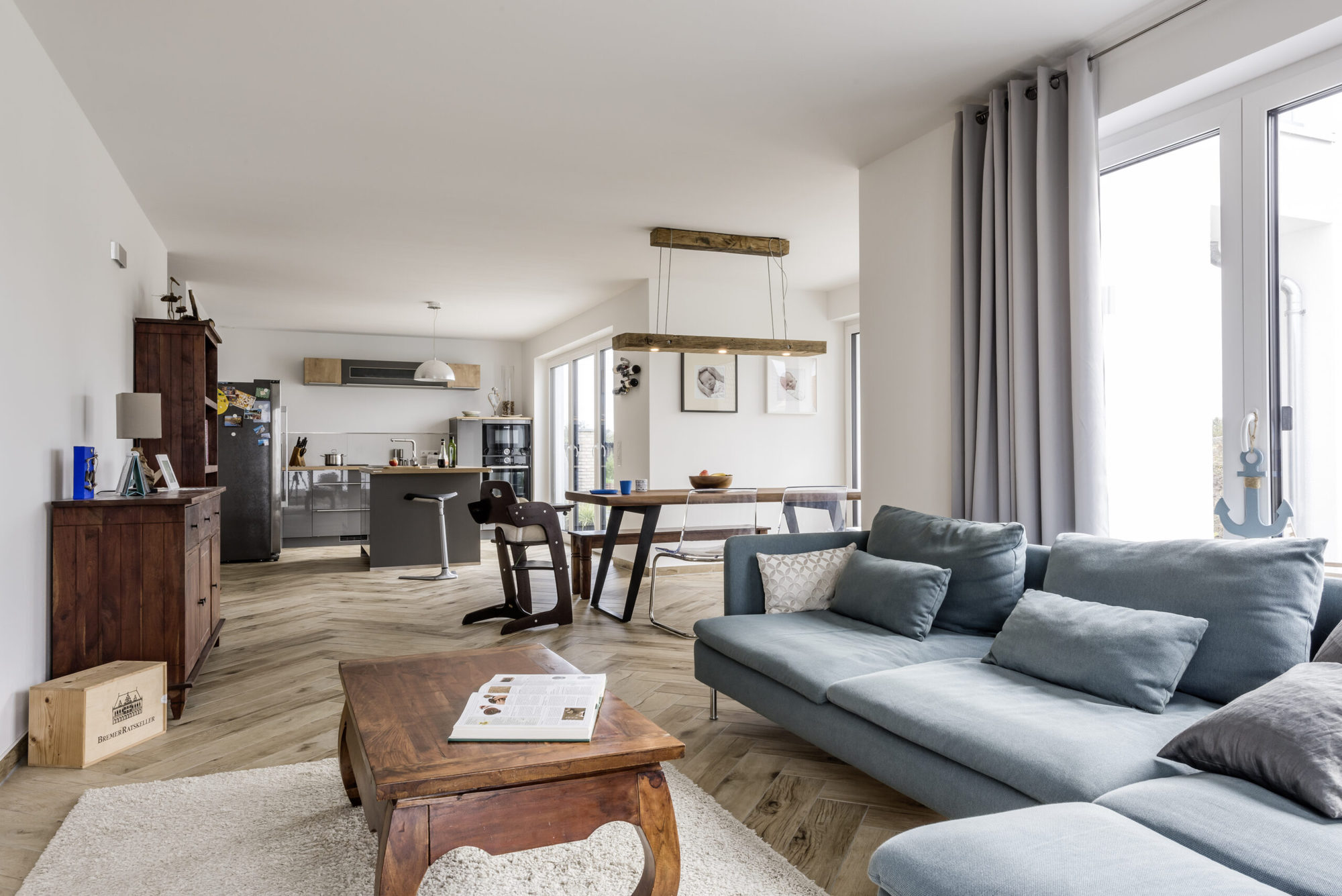 einfamilienhaus-offenes-wohnzimmer-holzlampe