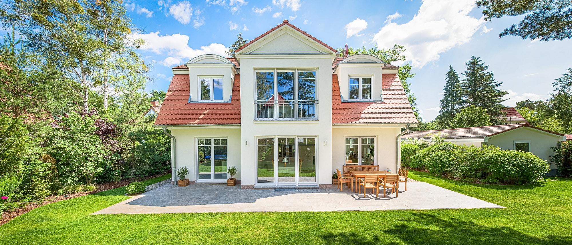 landhaus-mansardvilla-biberschwanz-fensterladen-5