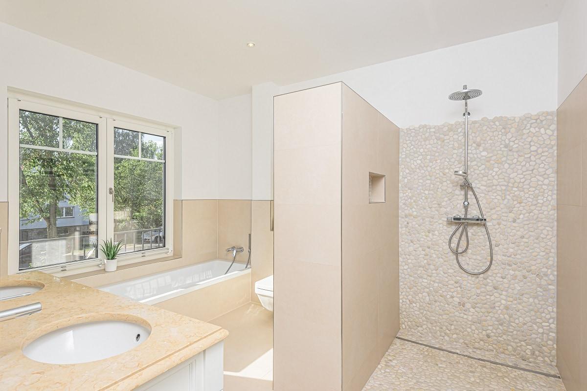 statvilla-badezimmer-kieslestein-mosaik
