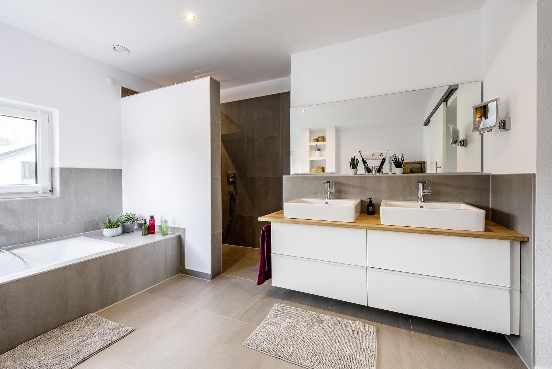 einfamilienhaus-satteldach-masterbad-badewanne