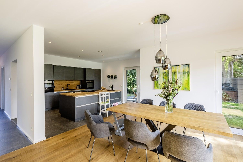einfamilienhaus-satteldach-offene-kueche-kuecheninsel
