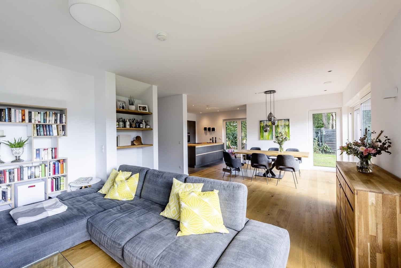 einfamilienhaus-satteldach-wonhzimmer-offen